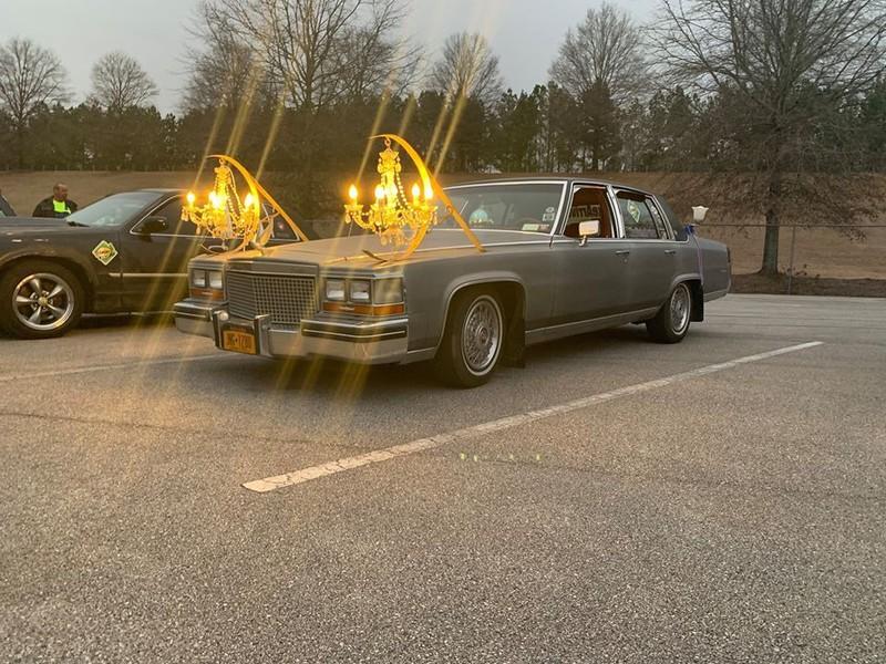 Ein Auto wurde mit Schweinwerfern ausgestattet