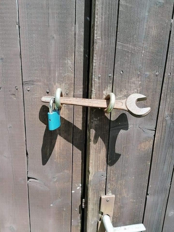 Ein Schraubenschlüssel wird zum Riegel