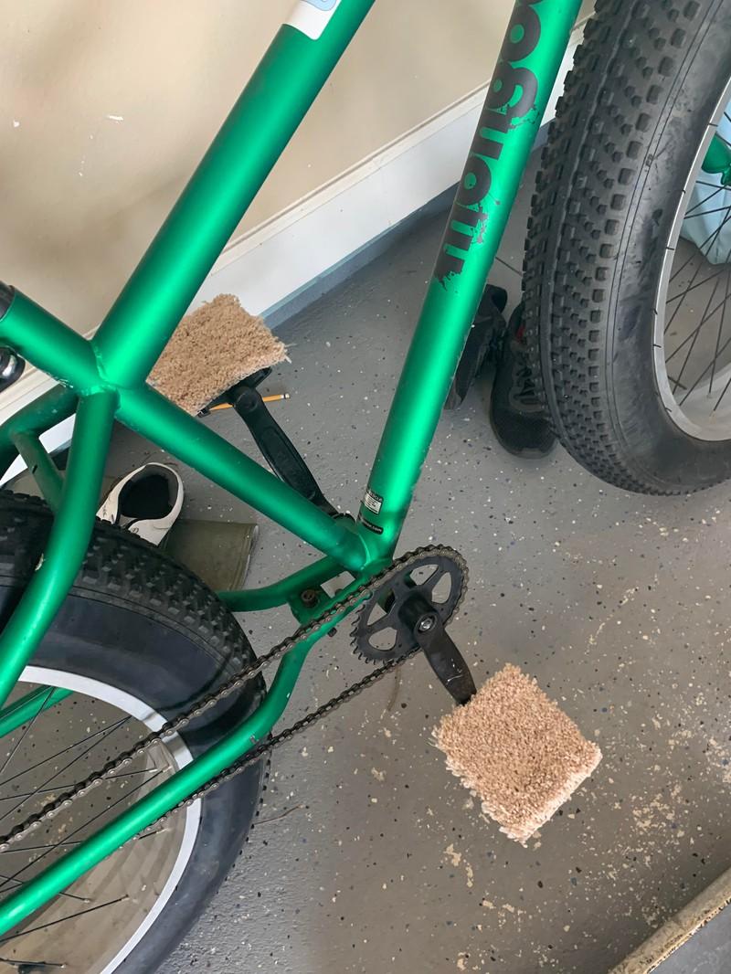Eine Fahrradpedale wurde mit Teppich beklebt.