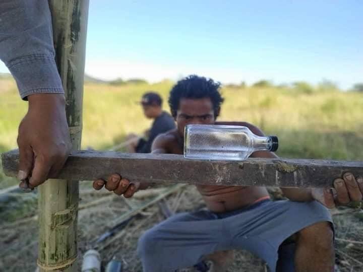 EIne Flasche dient als Wasserwaage