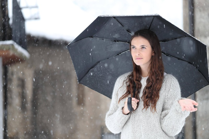 Die Mutter schenkte dem Kind zweimal den Regenschirm zu Weihnachten