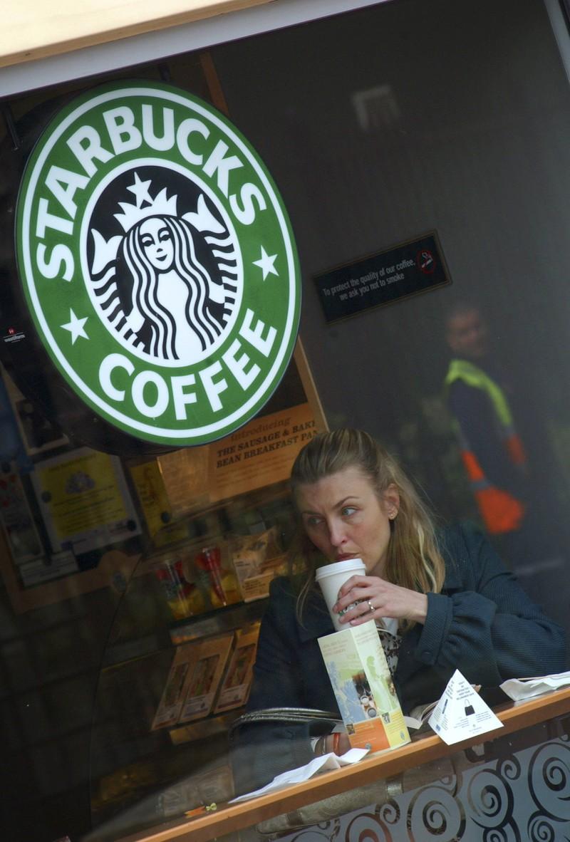 Die Frau beschwerte sich über ihren Kaffee.