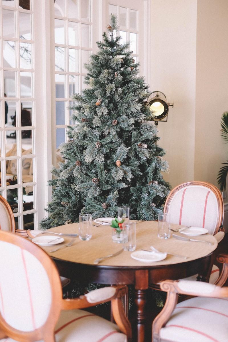 Ein Tisch, um den eine Familie an Weihnachten Platz nehmen kann