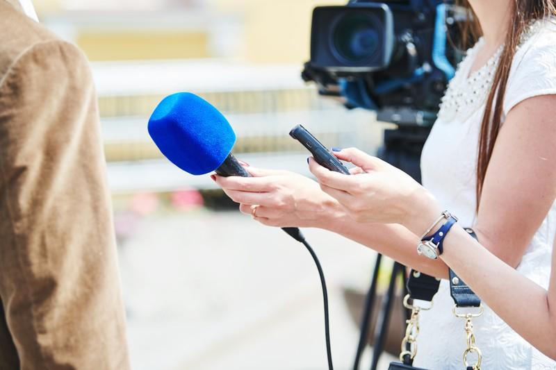 Nachrichtensprecher berichten über die Geschehnisse der Welt.