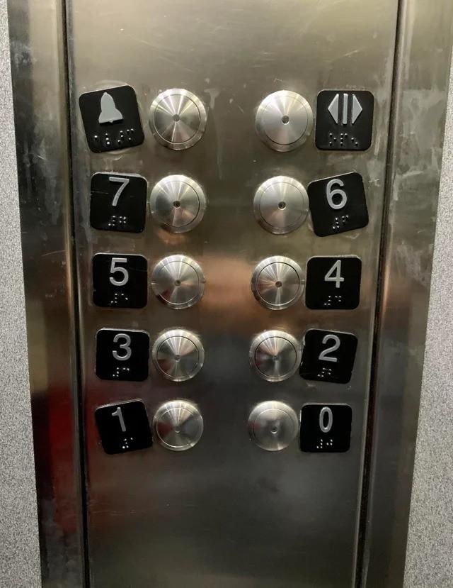 Ein Aufzug, in dem die Knöpfe falsch angebracht wurden