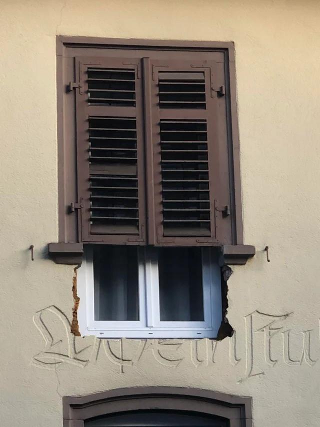 Ein Fenster, bei dem ein Stück fehlt