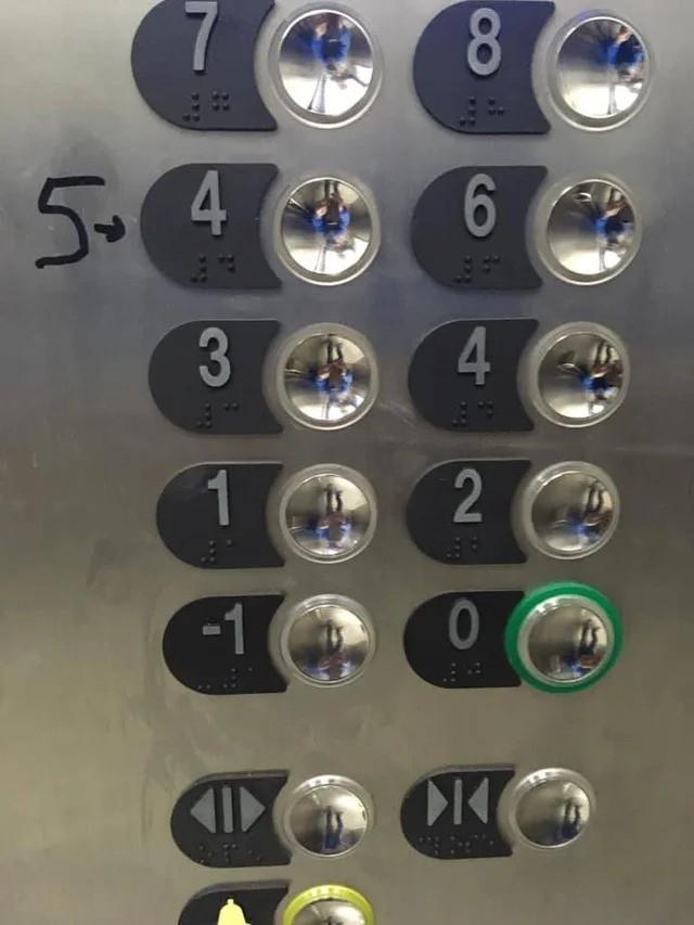 Ein Foto von einem Fahrstuhl, in dem die Zahlen der Etage falsch sind