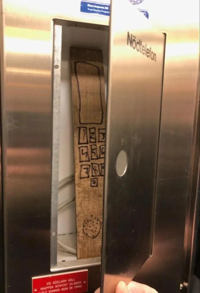 """Ein """"Nottelefon"""", das durch eine Pappe ersetzt wurde"""