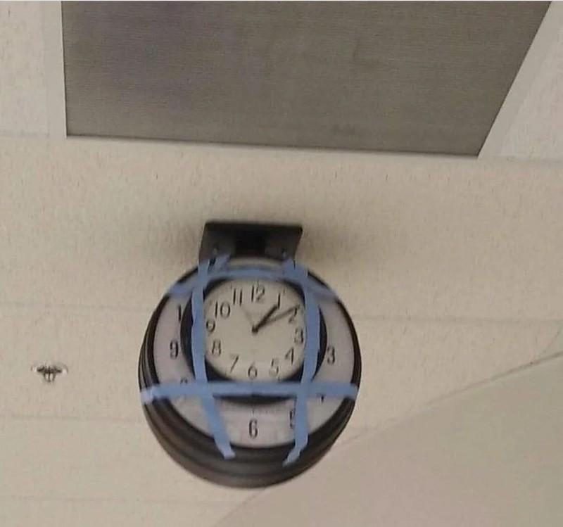 Eine Uhr auf die noch eine Uhr geklebt wurde, um sich Arbeit zu ersparen