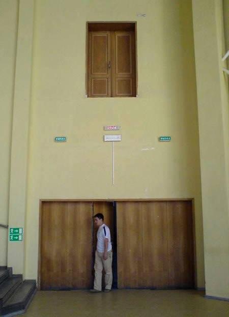 Der Architekt hat eine sinnlose Tür eingebaut