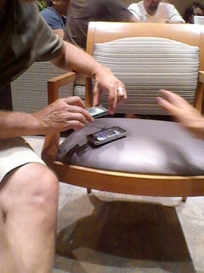 Mann fotografiert mit seinem Handy ein Bild von einem anderen Handy