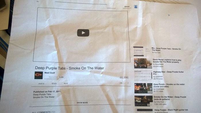 Mann hat sich ein Video auf ein Blatt Papier gedruckt