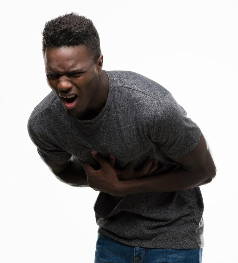 Ein Mann hat schlimme Schmerzen vom Essen