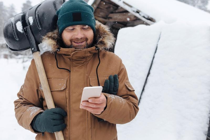 Bei Nässe solltest du das Handy schnell ausmachen.