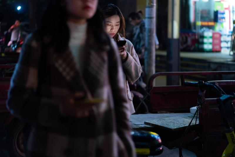 Eine Frau spielt mit ihrem Handy.