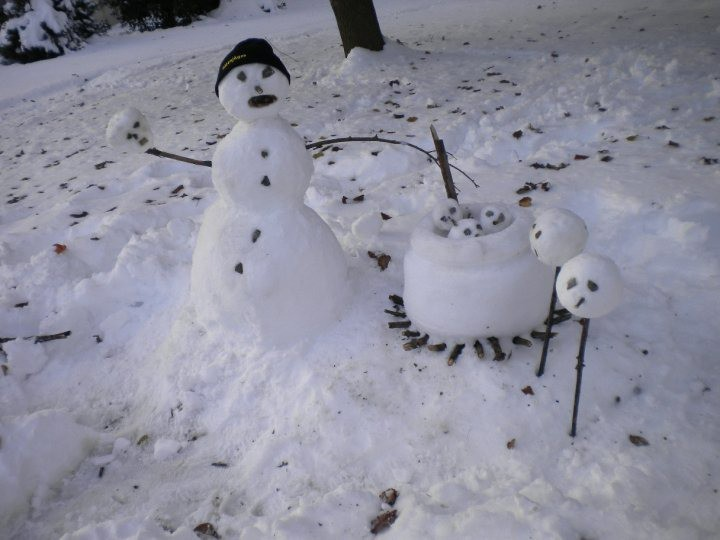 Der Schneemann kocht andere Schneemänner