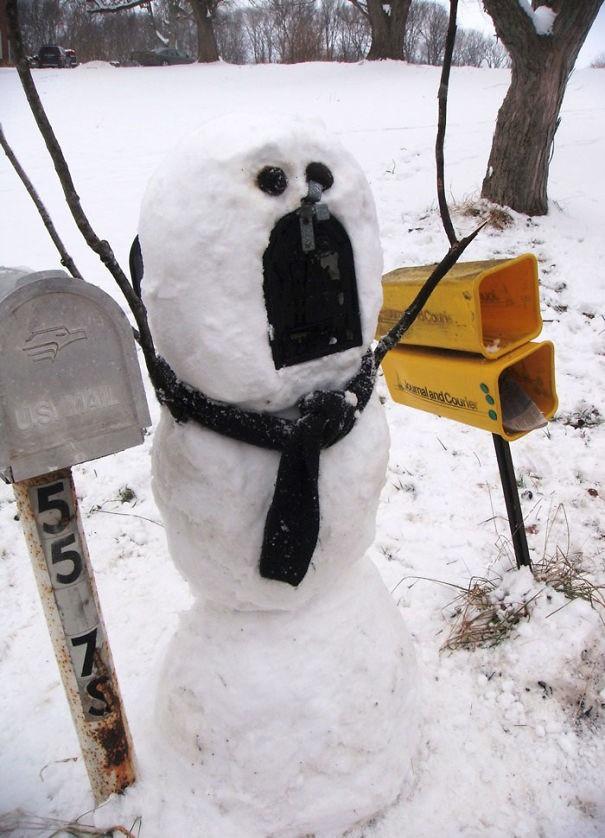 Hier hat jemand einen Schneemann als Postfach gebaut