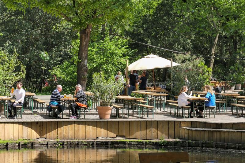 Café am neuen See mit Gästen