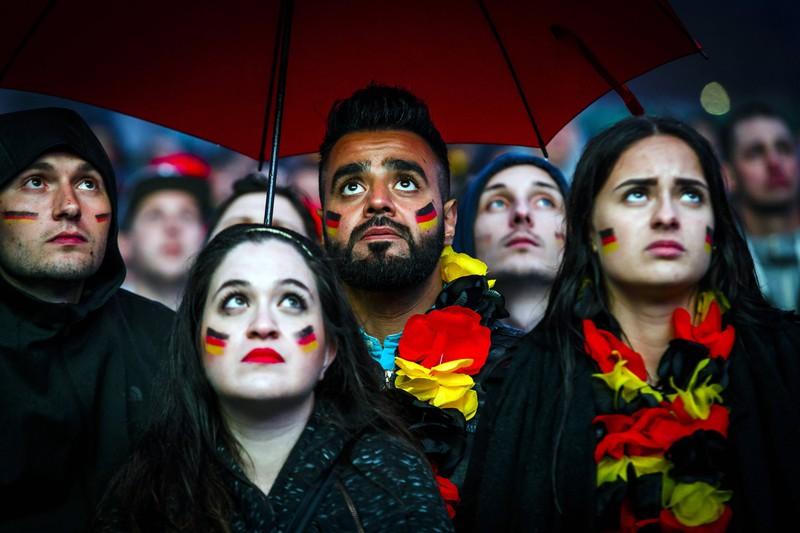 Geschockte Fans beim Public Viewing auf dem Heiligengeistfeld zum WM-Spiel 2018