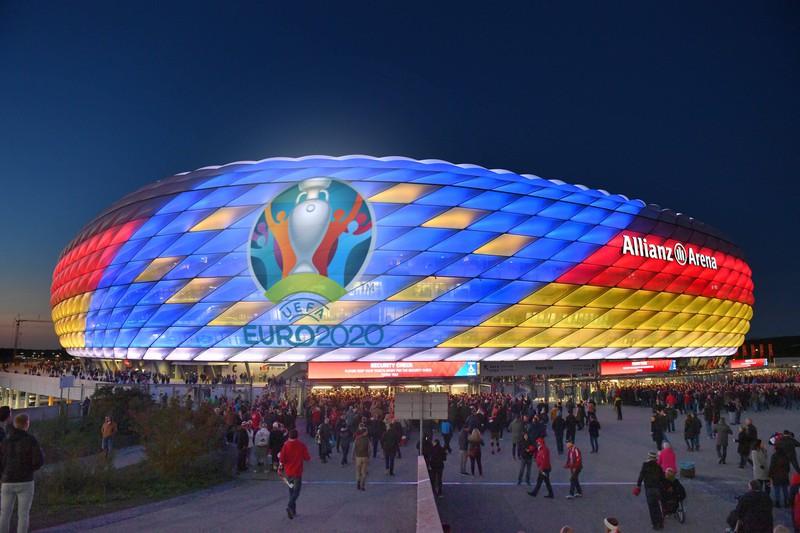 Menschenmasse bei der Allianz Arena München