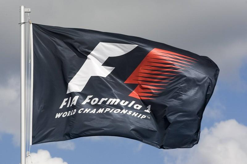 """Auf der Formel-1-Flagge ist eine """"1"""" zu erkennen, wenn man genauer hinsieht."""