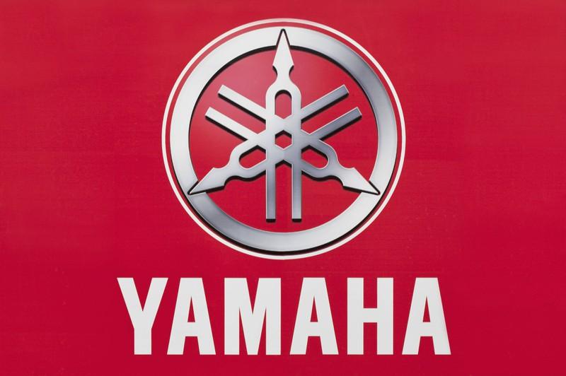 Yamaha ist für seine Musikinstrumente bekannt. In dem Logo befinden sich Stimmgabeln