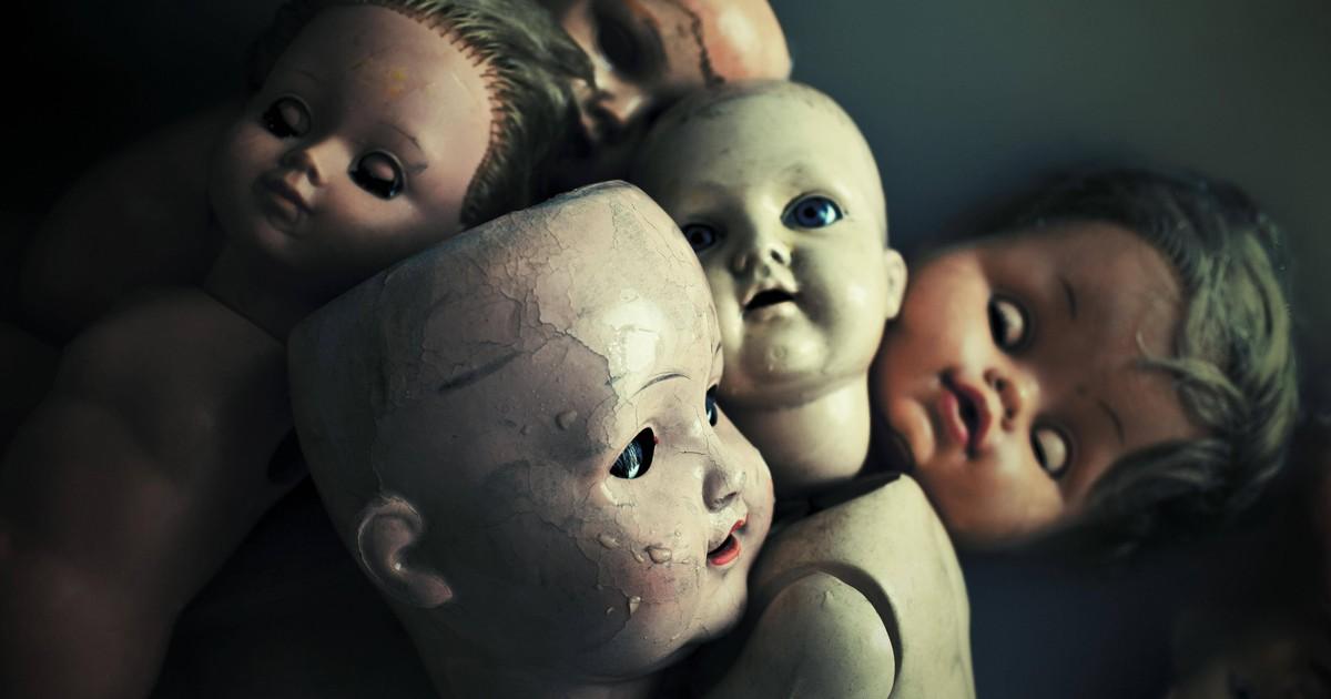 Kleines Mädchen liebt ihre Horror-Puppe